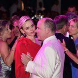 La Princesa Charlene de Mónaco mirando al Príncipe Alberto en el Baile de la Rosa 2015
