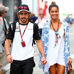 Fernando Alonso y Lara Álvarez cogidos de la mano en el GP de Hungría 2015