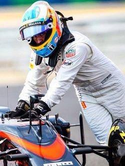 Fernando Alonso empujando su monoplaza tras una avería en el GP de Hungría 2015