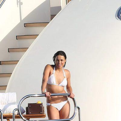 Michelle Rodriguez en un yate en Saint-Tropez