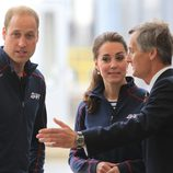 El Príncipe Guillermo de Inglaterra y Kate Middleton en una competición de vela en Portsmouth
