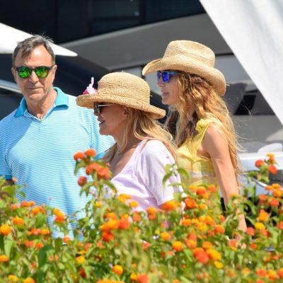 La Baronesa Thyssen, Blanca Cuesta y Manolo Segura antes de subir a un yate en Ibiza