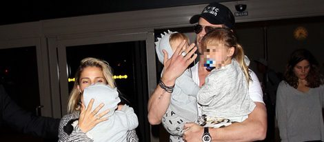 Elsa Pataky y Chris Hemsworth llegan con sus tres hijos a Los Angeles