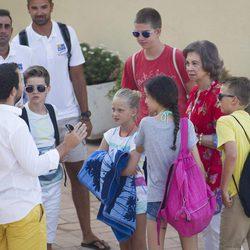 La Reina Sofía con sus nietos en el club náutico de Palma de Mallorca