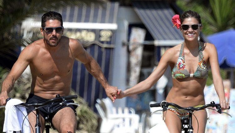 El Cholo Simeone y Carla Pereyra montando en bici en ropa de baño en Marbella