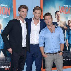 Chris Hemsworth con sus hermanos Luke y Liam en el estreno de 'Vacation' en Los Angeles