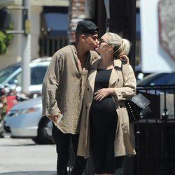 Evan Ross y Ashely Simpson besándose por la calle