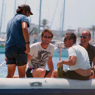 Álvaro Muñoz Escassi con un grupo de amigos en Ibiza