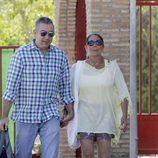 Isabel Pantoja con su hermano Agustín saliendo de Alcalá de Guadaíra en su segundo permiso