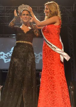 Desiré Cordero le entrega la corona a Carla García, que representará a España en Miss Universo 2015