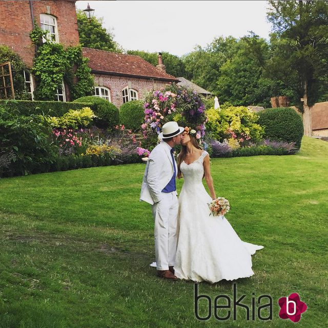 Guy Ritchie besando a Jacqui Ainsley en el día de su boda