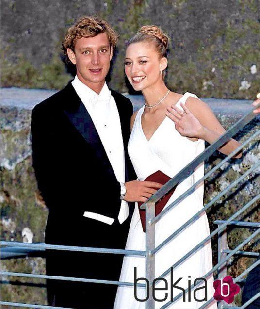 Pierre Casiraghi y Beatrice Borromeo saludando a los invitados en su boda