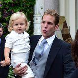 Andrea Casiraghi y su hijo Sasha en la boda de su hermano