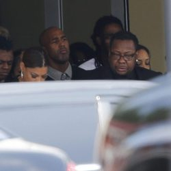 Bobby Brown desolado en el funeral de su hija Bobbi Kristina Brown
