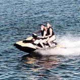 Jennifer Lawrence disfrutando de sus vacaciones con una moto de agua