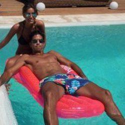 Ana Boyer y Fernando Verdasco en su piscina