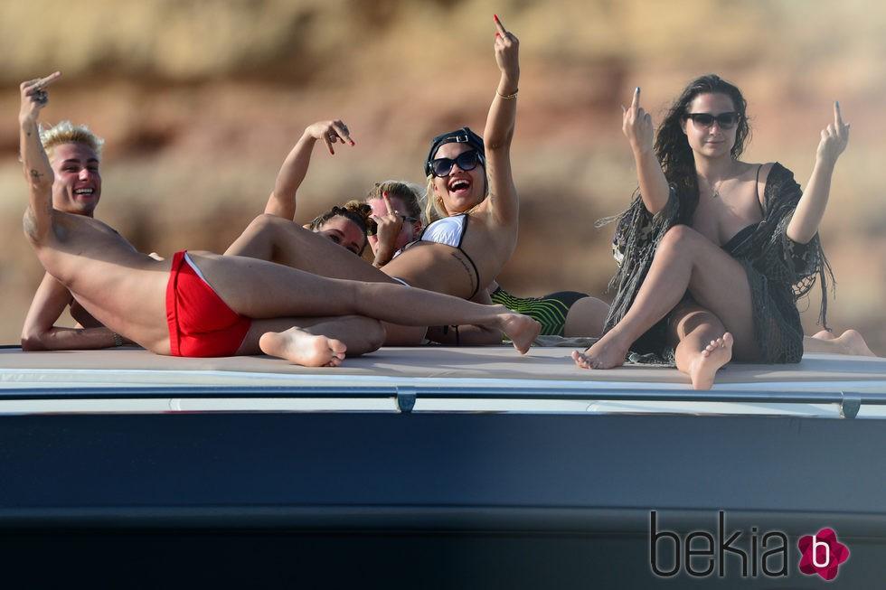 Rita Ora y sus amigos hacen una peineta a los paparazzis en Ibiza
