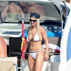 Rita Ora a bordo de un yate en Ibiza