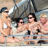 Rita Ora con sus amigos a bordo de un yate en Ibiza