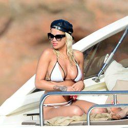 Rita Ora se broncea en alta mar a bordo de un yate en Ibiza