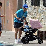 El marido de Olvido Hormigos con dos de sus hijos en Marbella