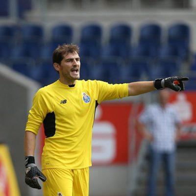 Iker Casillas luciendo su equipación del Oporto
