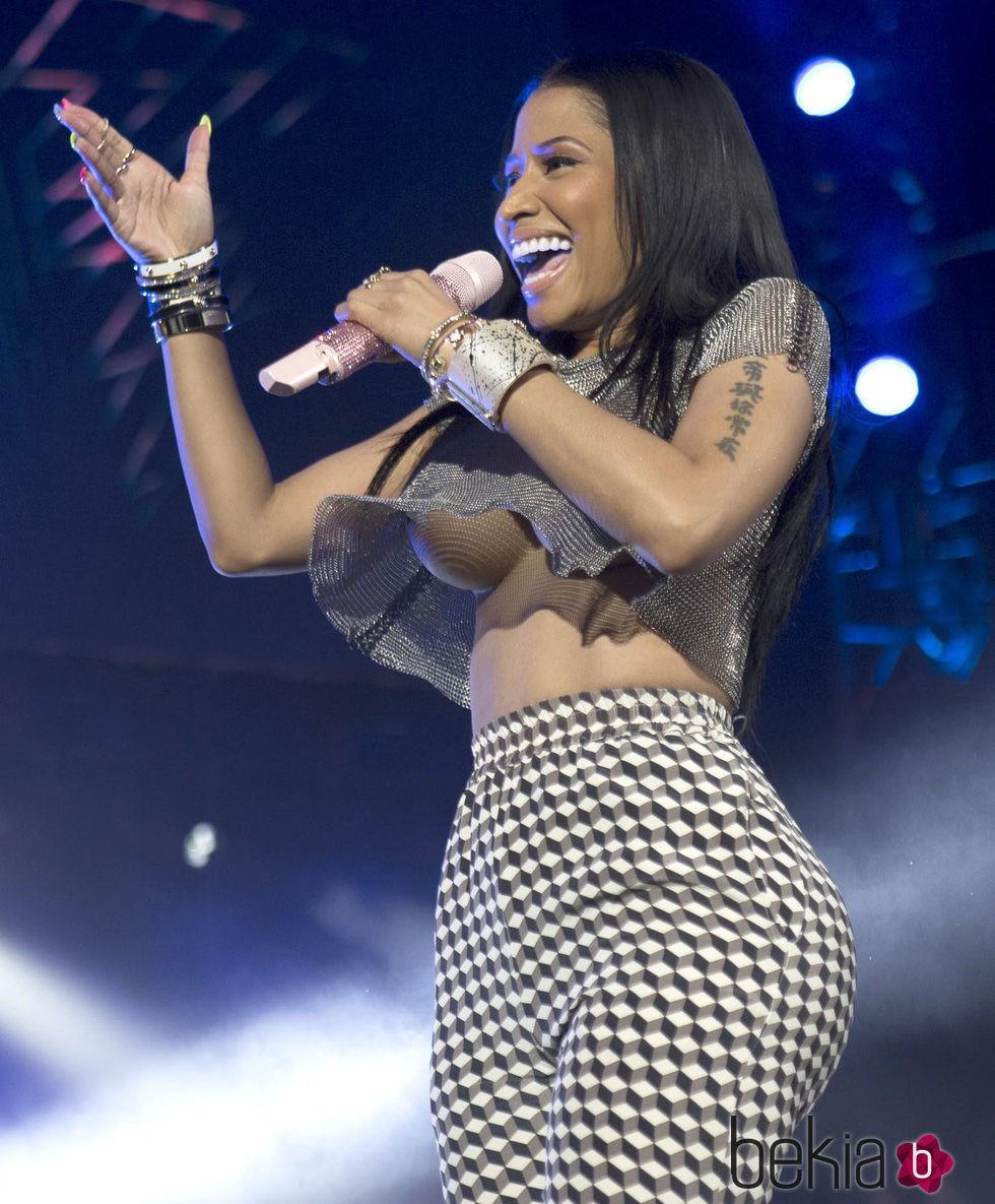 Nicki Minaj enseña los pechos durante su actuación en la Summer Jam 2014