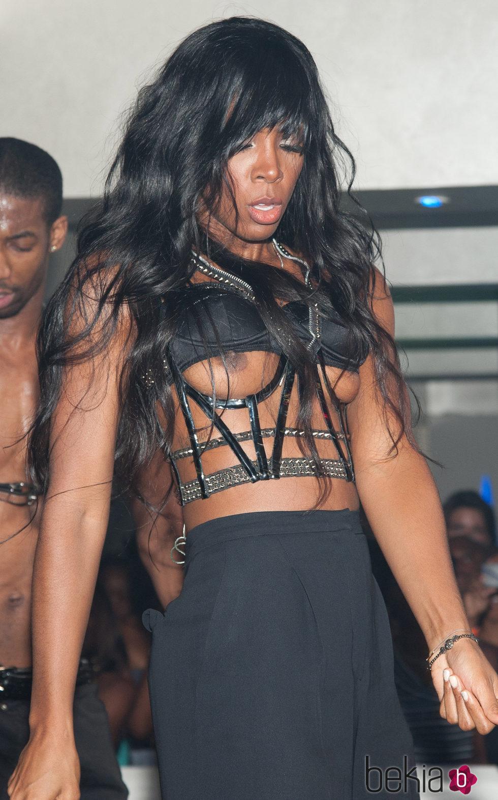 Kelly Rowland muestra los pechos durante una actuación en 2011