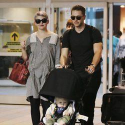 Ginnifer Goodwin y Josh Dallas con su hijo Oliver en Vancouver