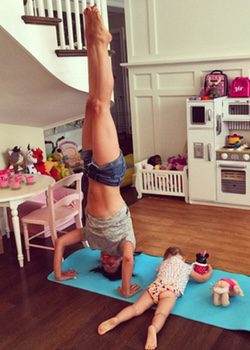 Hilaria Baldwin haciendo yoga con su hija Carmen