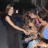 La Reina Letizia saluda a los ciudadanos antes de la recepción a las autoridades y la sociedad balear en Mallorca