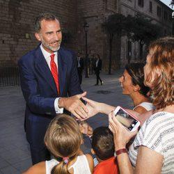 El Rey Felipe saluda a los ciudadanos antes de la recepción a las autoridades y la sociedad balear en Mallorca