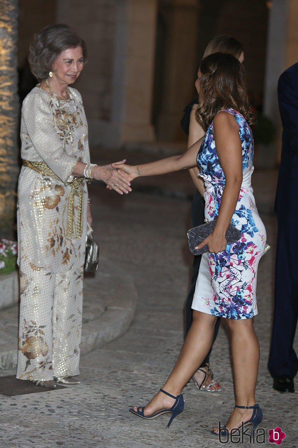 La Reina Sofía saluda a Chenoa en la recepción a las autoridades y la sociedad balear en Mallorca