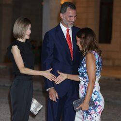 La Reina Letizia saluda a Chenoa en la recepción a las autoridades y la sociedad balear en Mallorca
