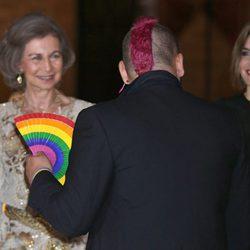 La Reina Sofía y la Reina Letizia saludan a un invitado en la recepción a las autoridades y la sociedad balear en Mallorca