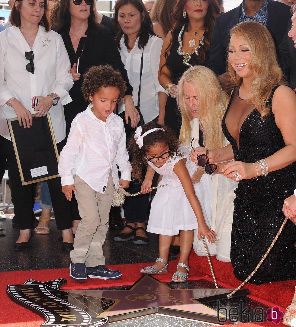 Mariah Carey estrena su estrella en el Paseo de la Fama con ayuda de sus hijos