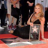 Mariah Carey posa junto a su estrella en el Paseo de la Fama de Los Angeles