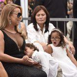 Los meliizos Moroccan y Monroe se aburren en la ceremonia de Mariah Carey en el Paseo de la Fama
