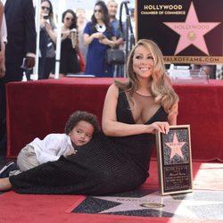 Mariah Carey junto a su estrella en el Paseo de la Fama con su hijo Moroccan Cannon