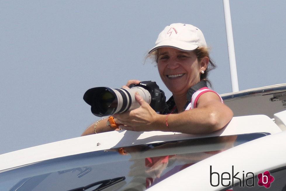 La Infanta Elena haciendo fotos a las regatas de la Copa del Rey de Vela 2015