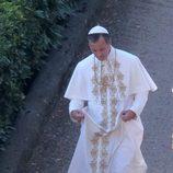 Jude Law caracterizado como el ficticio Papa Pío XIII
