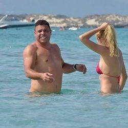 Ronaldo con mucho frío en bañador con su novia Celina Locks en Formentera