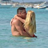 Ronaldo y Celina Locks besándose en el mar en Formentera