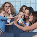 Sara Carbonero choca las manos con su hijo Martín en el partido Porto-Napolés