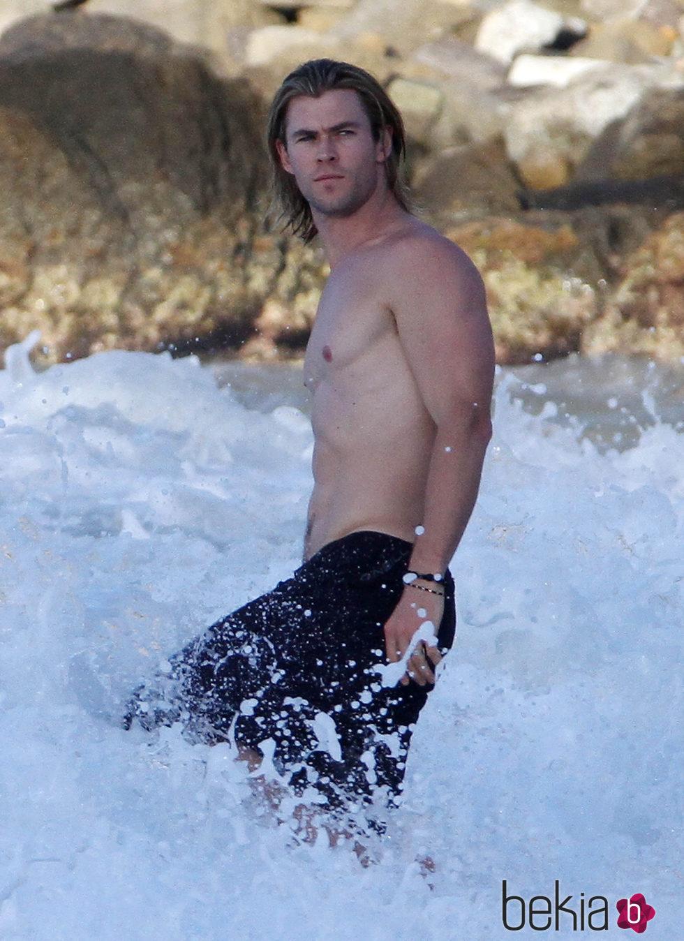 Chris Hemsworth luciendo torso dándose un baño