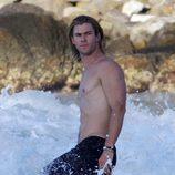 Chris Hemsworth luciendo torso dándose un baño