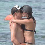 Kimi Raikkonen y Minttu Virtanen besándose durante un chapuzón en Ibiza