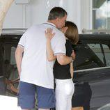 El Rey Felipe besa a la Reina Letizia en el Náutico de Palma
