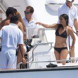 Michelle Rodriguez dando instrucciones a bordo de su yate
