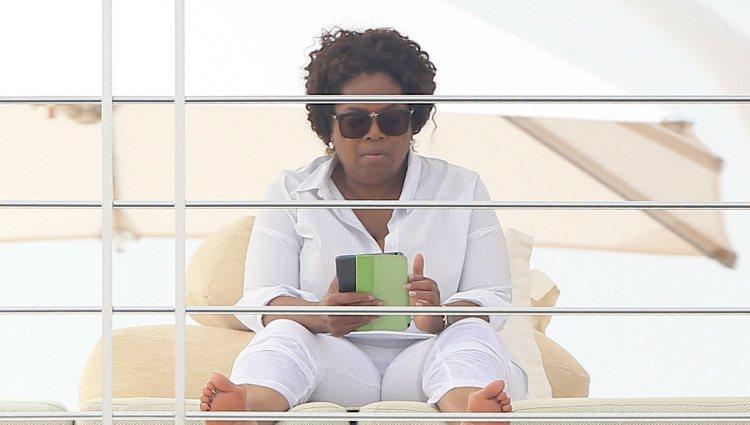 Oprah Winfrey, leyendo en sus relajadas vacaciones